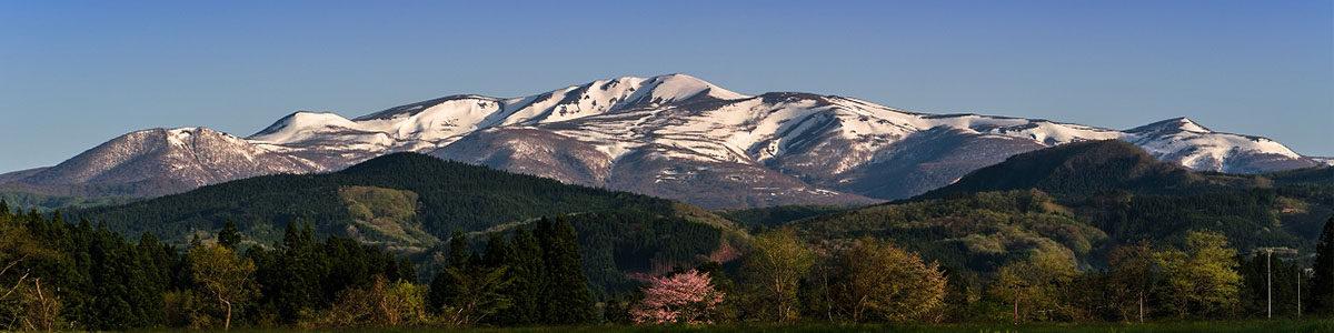 薄っすらと雪化粧をはじめた栗駒山 標高1,626m  宮城県、岩手県、秋田県の3県にまたがり、山頂は宮城県と山形県の県境になっています。